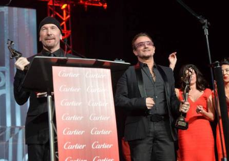 The Edge y Bono recogiendo el premio